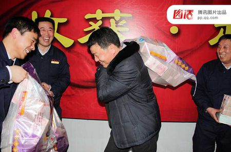 Khoanh khac dan Trung Quoc ho hoi nhan tien thuong Tet - Anh 6