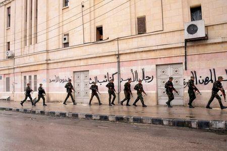 Bi danh vao diem yeu, quan Assad choang vang - Anh 1