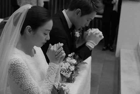 Dam cuoi Bi Rain- Kim Tae Hee: Co dau mac vay ngan khoe chan thon - Anh 2
