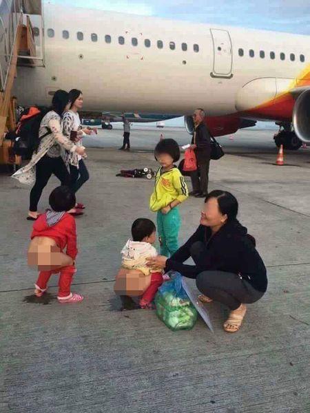 """""""Choang"""" canh tut quan cho tre te bay canh may bay - Anh 1"""