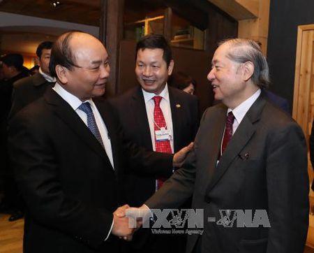 Thu tuong Nguyen Xuan Phuc gap go bao chi quoc te tai Davos - Anh 1