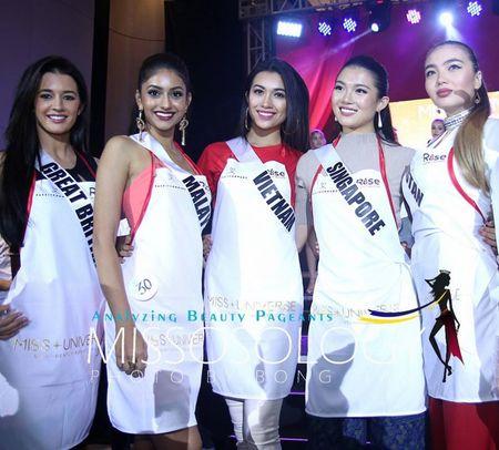 Kenh truyen hinh Philippines phong van Le Hang ve su co catwalk - Anh 1