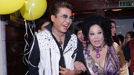 MC Thanh Bach va ba Thuy Nga gay chu y tai san bay - Anh 1