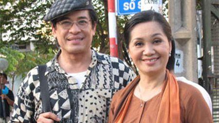 MC Thanh Bach va ba Thuy Nga gay chu y tai san bay - Anh 3