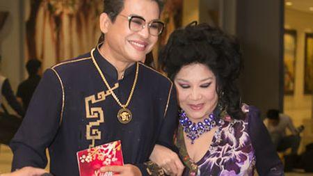 MC Thanh Bach va ba Thuy Nga gay chu y tai san bay - Anh 4