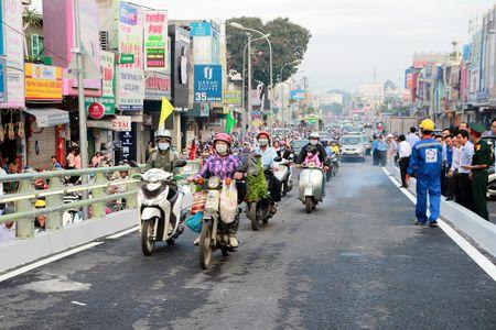 TP.HCM: Cau vuot nga sau Go Vap chinh thuc thong xe - Anh 2