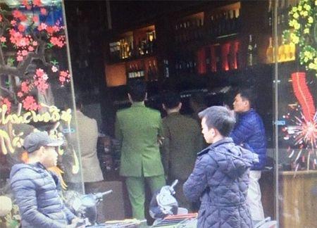 Hon 300 chai ruou khong nguon goc bay ban trong cua hang - Anh 2