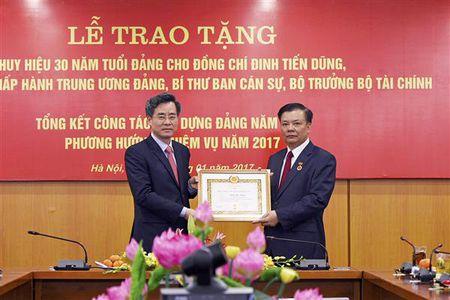 Bo truong Bo Tai chinh Dinh Tien Dung don nhan huy hieu 30 nam tuoi Dang - Anh 1