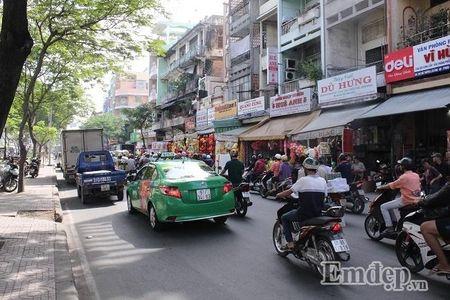 Ngay 22 thang Chap: Nguoi Sai Gon ron rang mua sam Tet tai cho tai loc Hai Thuong Lan Ong - Anh 2