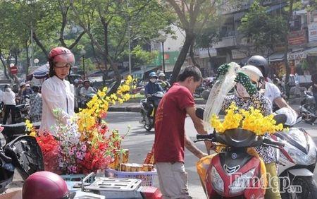 Ngay 22 thang Chap: Nguoi Sai Gon ron rang mua sam Tet tai cho tai loc Hai Thuong Lan Ong - Anh 4