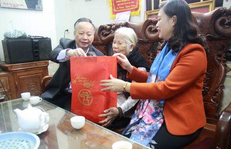 Lanh dao TP Ha Noi tang qua Tet nguoi co cong huyen Dong Anh - Anh 1