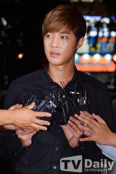 Ban gai cu Kim Hyun Joong lam gia chung cu say thai de doi tien boi thuong tu anh - Anh 4