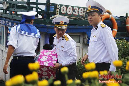 Bo Tu lenh Vung III Hai quan chuc Tet quan, dan huyen dao Ly Son - Anh 1