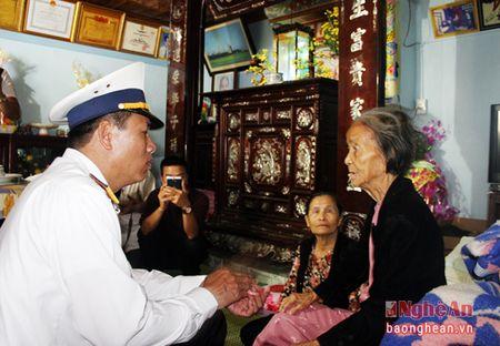 Bo Tu lenh Vung III Hai quan chuc Tet quan, dan huyen dao Ly Son - Anh 3