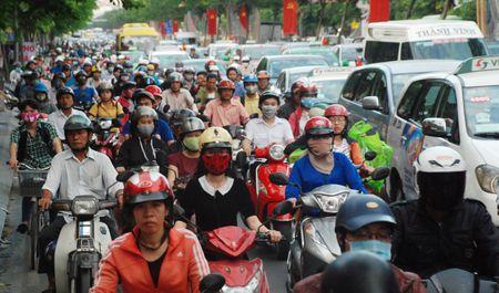 'Thu pham' tao ma tran ket xe khu san bay Tan Son Nhat ngay can Tet - Anh 2