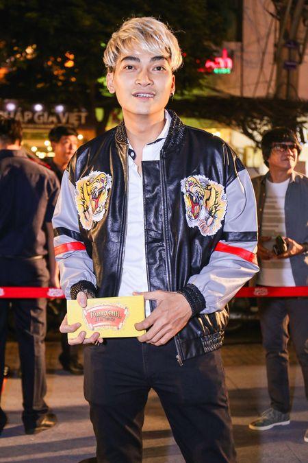 Fan vay quanh Hoai Linh tren tham do ra mat phim - Anh 5