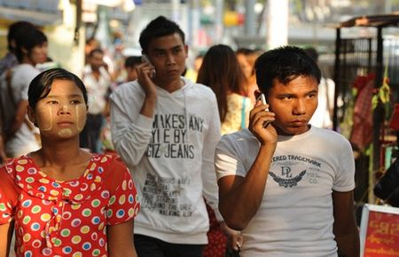 Tien sang Myanmar, vien thong dan dau lan song xuat ngoai - Anh 1
