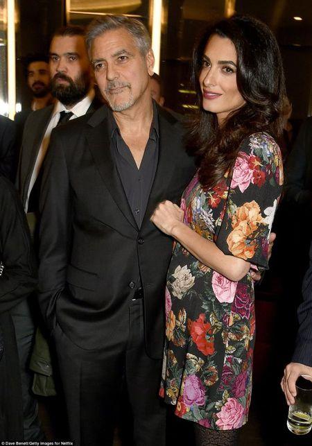 George Clooney phan khich cuc do khi biet vo mang song thai - Anh 1