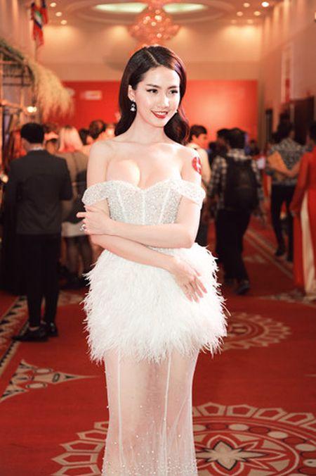 Nguoi dep Phan Thi Mo goi cam voi dam trang cup nguc - Anh 1