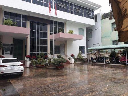 Ky cho 20 nguoi nghi phep: Giam doc So Y te Binh Dinh nhan sai va phan tran - Anh 2