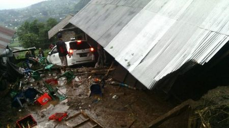 Indonesia: Lo dat kinh hoang o Bali, 12 nguoi chet - Anh 1