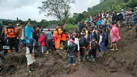 Indonesia: Lo dat kinh hoang o Bali, 12 nguoi chet - Anh 2
