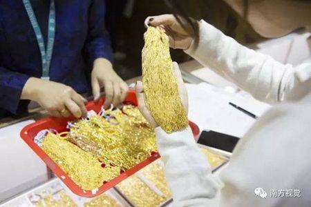 Hoa mat o ngoi lang mua ban trang suc nhu rau, thit - Anh 5
