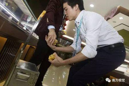 Hoa mat o ngoi lang mua ban trang suc nhu rau, thit - Anh 7