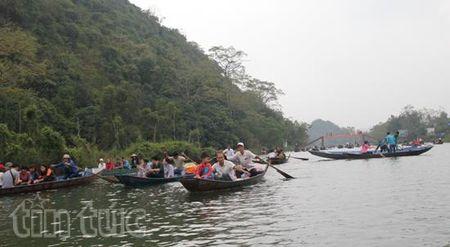 Hon 400.000 luot khach tray hoi chua Huong - Anh 1
