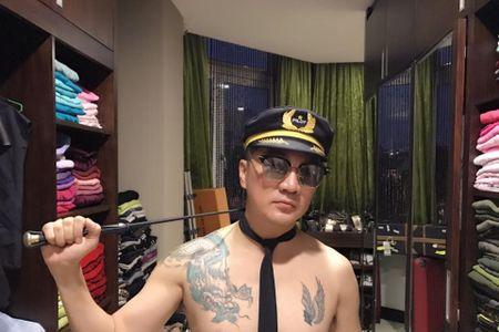 Dam Vinh Hung deo ca vat ban khoa than sau scandal tra no cho me - Anh 3