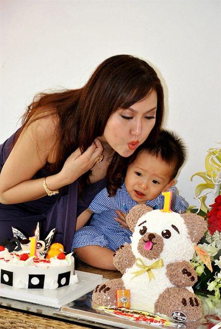 Giua on ao voi chong, Phi Thanh Van cuoi rang ro trong tiec thoi noi cua con trai - Anh 1