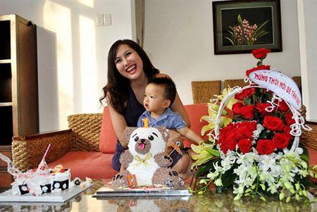 Giua on ao voi chong, Phi Thanh Van cuoi rang ro trong tiec thoi noi cua con trai - Anh 4