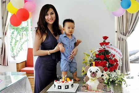 Giua on ao voi chong, Phi Thanh Van cuoi rang ro trong tiec thoi noi cua con trai - Anh 5