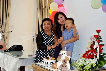 Giua on ao voi chong, Phi Thanh Van cuoi rang ro trong tiec thoi noi cua con trai - Anh 6