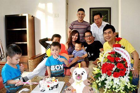 Giua on ao voi chong, Phi Thanh Van cuoi rang ro trong tiec thoi noi cua con trai - Anh 7