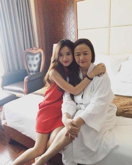 "Sao Viet 24h qua: Huong Tram khien fan ""mung hut"" khi khoe qua Valentine som - Anh 8"