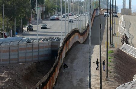 Buc tuong ngan bien gioi Mexico cua ong Trump tri gia hon 21 ty USD - Anh 1