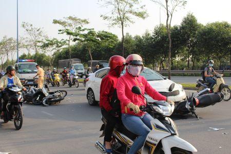Nu tai xe lac tay lai, 3 xe may gap nan tren dai lo Mai Chi Tho - Anh 1