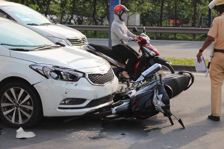Nu tai xe lac tay lai, 3 xe may gap nan tren dai lo Mai Chi Tho - Anh 3