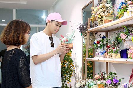 Noo Phuoc Thinh mua hoa tang nguoi bi mat - Anh 1