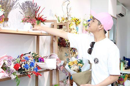 Noo Phuoc Thinh mua hoa tang nguoi bi mat - Anh 2