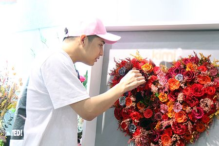 Noo Phuoc Thinh mua hoa tang nguoi bi mat - Anh 3