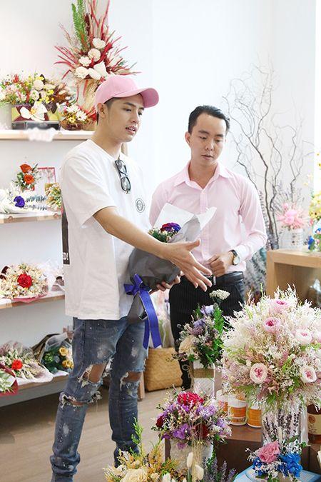 Noo Phuoc Thinh mua hoa tang nguoi bi mat - Anh 4