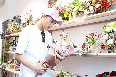 Noo Phuoc Thinh mua hoa tang nguoi bi mat - Anh 5