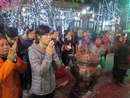 Hon 7000 nguoi do ve chua Phuc Khanh cau an dau nam - Anh 16