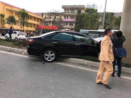 Ha Noi: Lai xe Camry dam lien hoan xe may khien 2 nguoi bi thuong - Anh 1