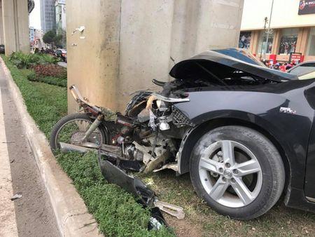 Ha Noi: Lai xe Camry dam lien hoan xe may khien 2 nguoi bi thuong - Anh 2