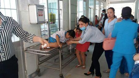 Vinh Long: Hon 100 hoc sinh bi ngo doc thuc pham - Anh 1