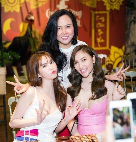 Ngoc Trinh nghi gi sau khi Hoang Kieu tuyen bo 'dong cua' Facebook? - Anh 9