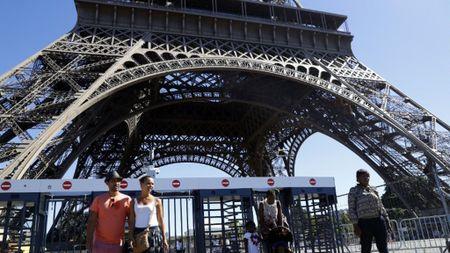 Phap dung hang rao kinh bao ve thap Eiffel - Anh 1